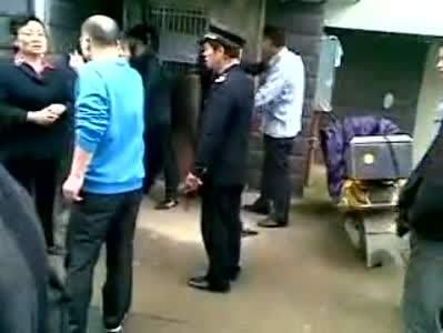 青岛北区政府保安暴打老人事件细节:踹倒后试图抬走